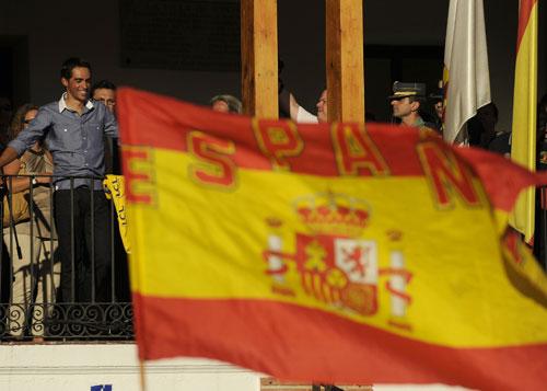 图文-西班牙车迷热情欢迎康塔德西班牙国旗飘扬