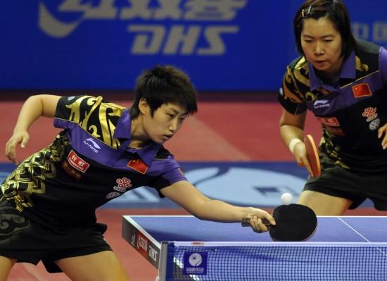 图文-中国乒乓球公开赛女双半决赛郭跃俯身抢击