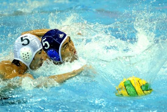 图文-水运会男子水球决赛赛况李俊奋力挣扎