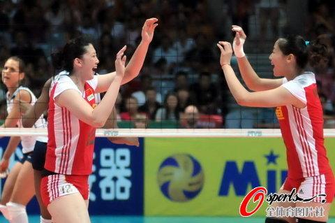 图文-女排大奖赛总决赛中国vs美国薛明魏秋月击掌