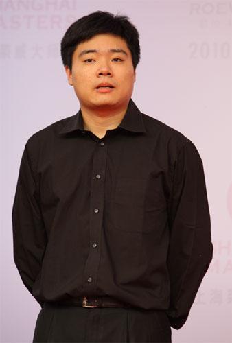 图文-斯诺克上海大师赛红地毯仪式丁俊晖黑衣亮相