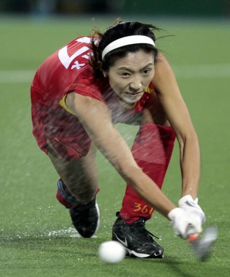 图文-女曲世界杯中国队第八李红侠带球推进