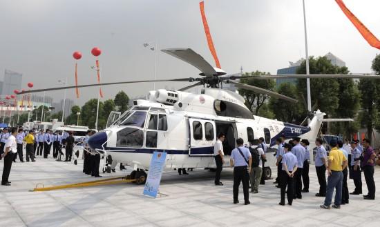 9月25日,活动现场展示的广州警方直升飞机。   当日,由广东省公安厅主办,广州市公安局承办的警民心连心-平安迎亚运大型主题活动在广州市天河区体育中心南广场隆重举行。活动现场展示了一批广东警方的先进警用装备,让市民有机会跟警方进行近距离接触,加强警察与市民的交流和沟通,共同营造警民携手创平安、迎亚运的良好氛围。   新华社记者卢汉欣摄