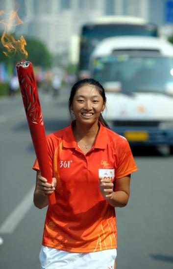 图文-广州亚运会火炬在深圳传递火炬手杨子