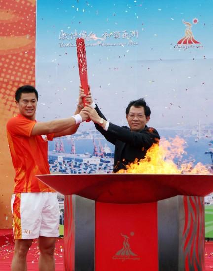 图文-广州亚运火炬传递汕头站黄良财与副市长郑人豪