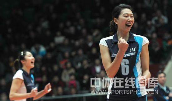 天津队老将李珊(右)庆祝得分
