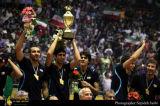 伊朗举起冠军奖杯