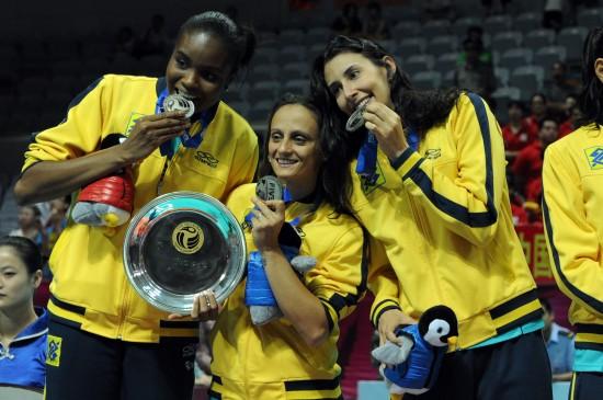 法比亚娜谢拉与法比展示银牌