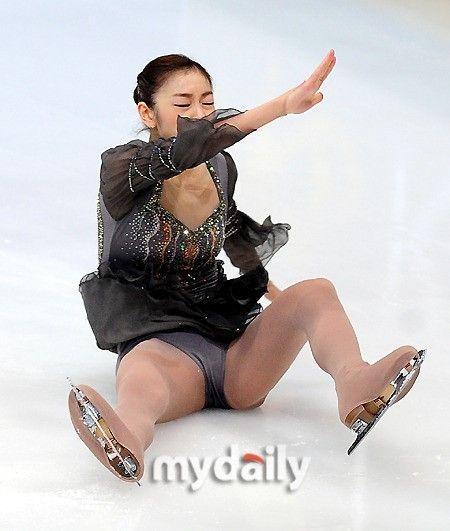热身时金妍儿摔倒