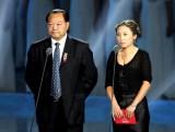 图文-许海峰和李琰宣布蔡�S傅海峰获得最佳组合奖