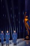 图文-中国神九航天员为年度最佳团队奖颁奖