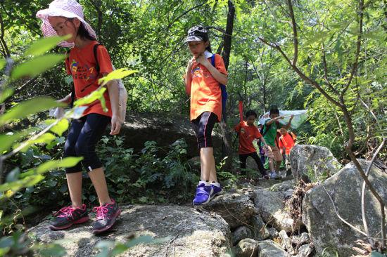 名小营员体验了丛林拓展,攀岩等户外运动项目,挑战了古长城徒步穿越图片