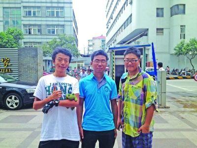 3个南京男孩(从左往右分别是胡杨、李冠雄、季旭)将启程步入大学。