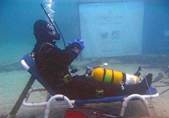 英国男子海底潜水50小时打破纪录。