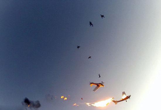 【环球网综合报道】据英国《每日邮报》12月2日报道,美国威斯康辛州上个月发生一起空中事故,在两架飞机于空中相撞后,机上的花样跳伞者及飞行员在飞机爆炸前死里逃生,其中一位跳伞者头盔上的摄像头记录下了这一惊心动魄的过程。幸运的是9人几乎都是毫发未损的成功逃生。   两相撞飞机中的其中一架名叫Cessna,当时机上载着三名花样跳伞者。当他们爬到机翼上准备从1.