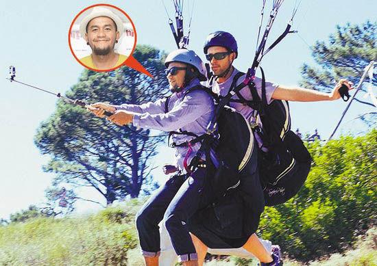 张震岳玩滑翔伞做特技动作,被称赞张大胆。