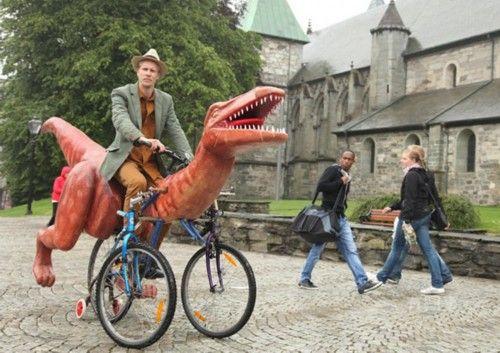 艺术家骑全手工打造恐龙自行车环游挪威图片