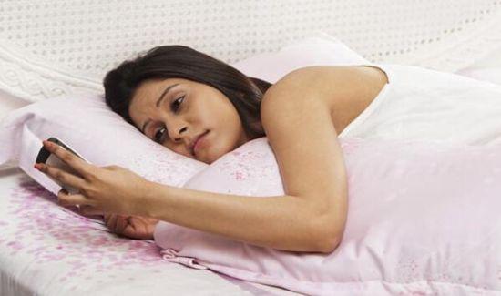 睡前玩手机易患癌症和抑郁症。