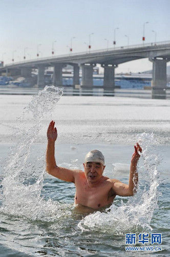 吉林7旬老人坚持冬泳20年。