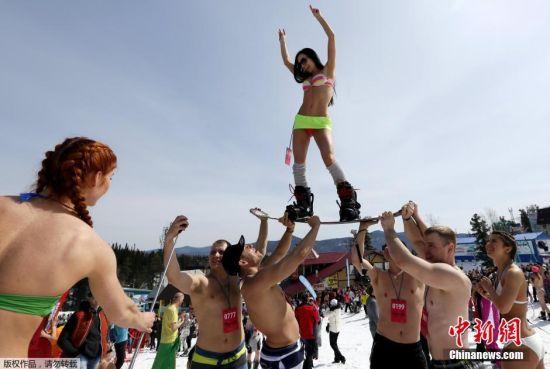俄罗斯1600人半裸滑雪,欲破世界纪录。