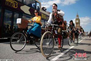 英国举行复古骑行 伦敦街头上演时光穿梭