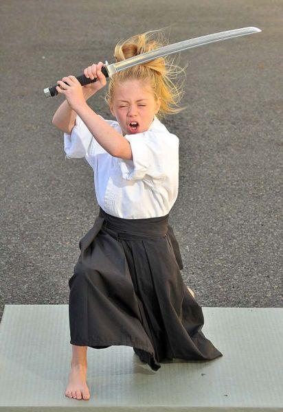 英国达人秀现9岁武术神童,已获百项武术大奖。
