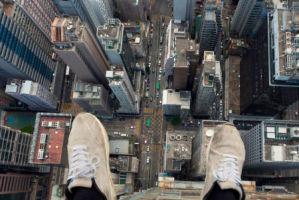 俄罗斯小伙热衷楼顶摄影 攀摩天大楼拍照