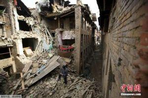 尼泊尔强震伤亡数不断攀升 珠峰仍有雪崩