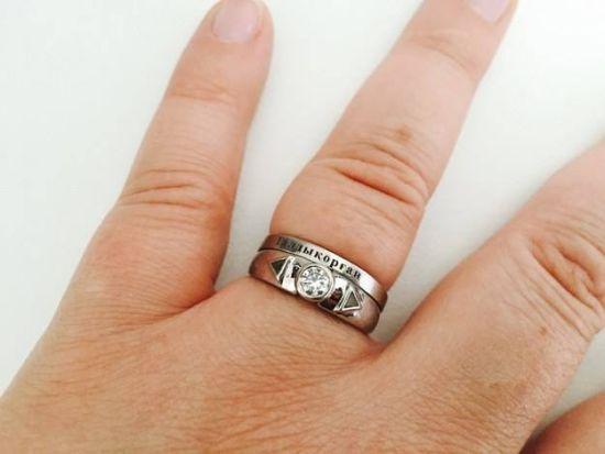 男子用登山断腿腿骨制成戒指向女友求婚。