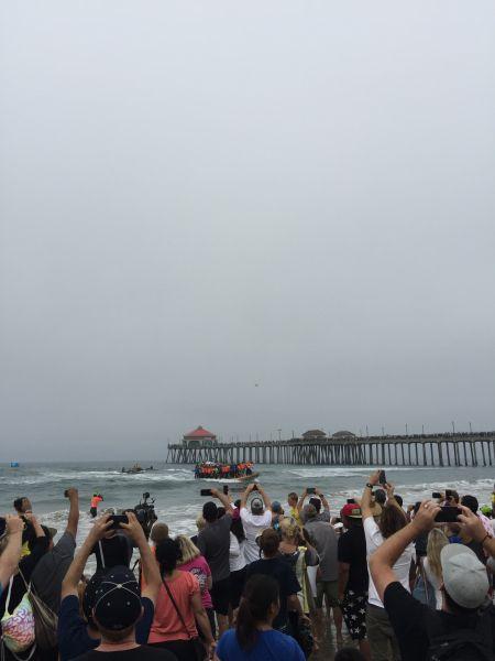 挑战纪录――60人同时站在一块板上冲浪。