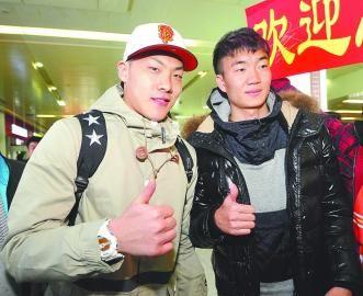 王大雷(左)与戴琳昨日下午抵达济南。(本报记者 崔健 摄)
