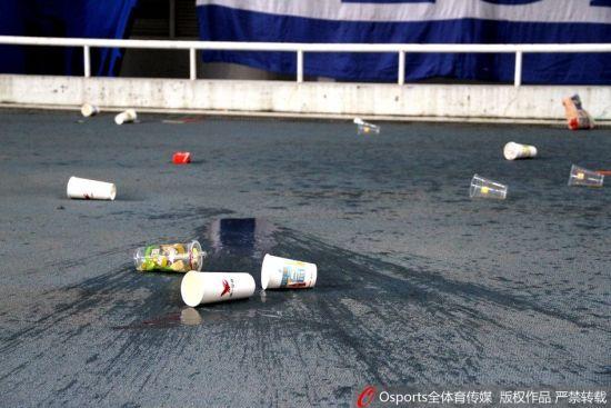 愤怒的申花球迷向场内投掷杂物抗议