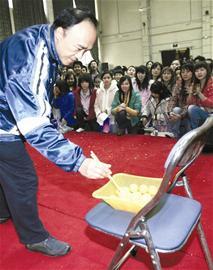 奥运冠军校园行火热成都夹乒乓球陈龙灿输给大学生