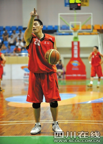 近日,在广东举行的dbl限高篮球赛中,前cba扣篮王胡光上演身高闹剧