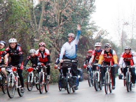 以色列环游世界自行车手萨丹畅游温江绿道