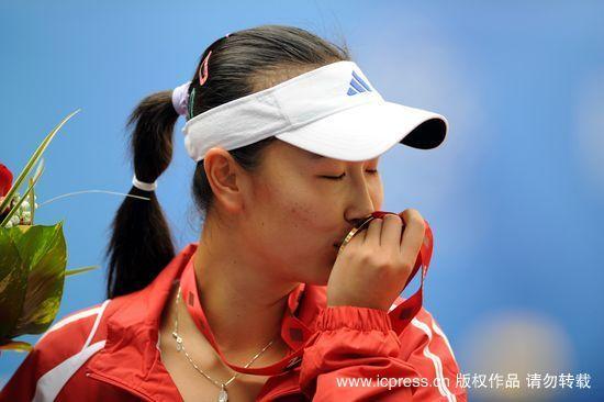 资料图片:彭帅在广州亚运会上亲吻女单金牌