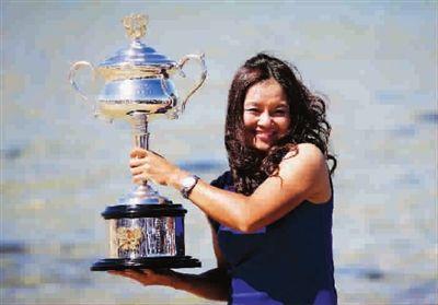 李娜捧起澳网冠军奖杯