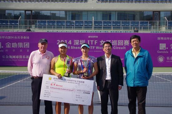 冠军唐好辰亚军张恺琳与弘金地网球俱乐部有限公司总经理张驰(右二)合影