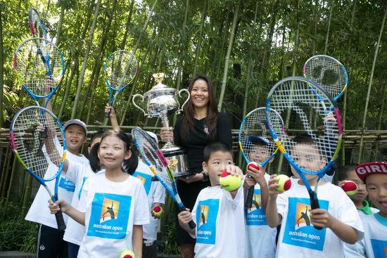2014年澳网女单冠军李娜与小球迷合照