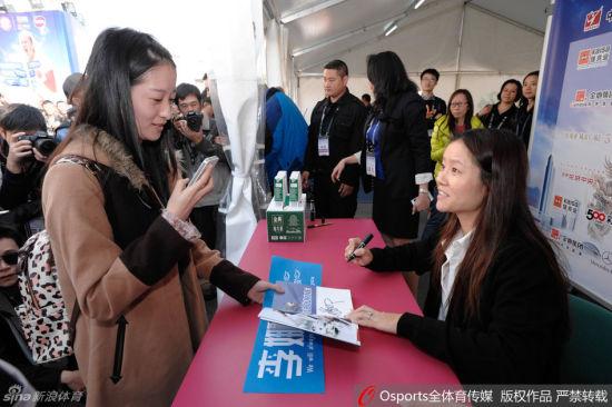 李娜近期参加了签名活动