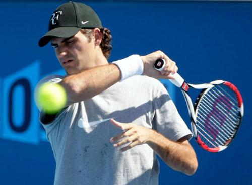 图文-费德勒小威开始为澳网大赛热身 阳光刺眼