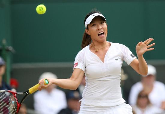 图文-温网女单半决赛郑洁对阵小威紧盯来球欲出击