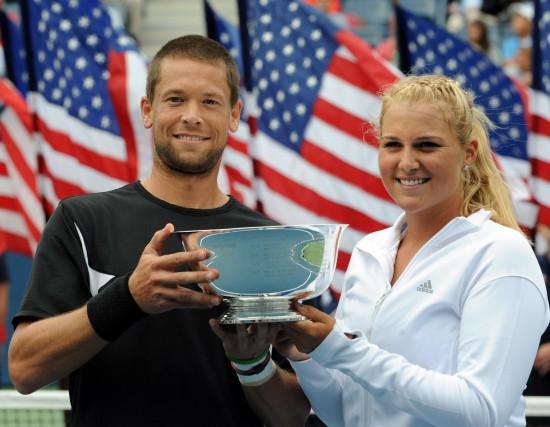 图文-帕洛特组合夺得美网混双冠军展示冠军奖杯
