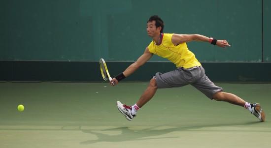 图文-全运会网球男单赛况朱本强比赛中回球