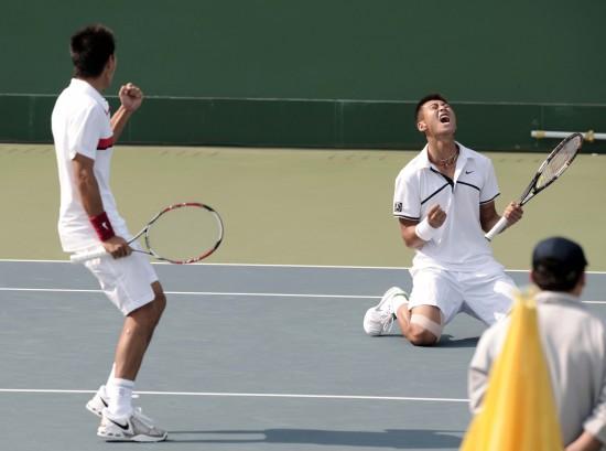 图文-男双曾少眩张择进入决赛获胜方狂喜庆祝
