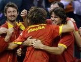 西班牙队友兴奋相拥