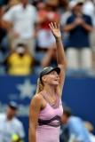 莎娃举手庆祝胜利