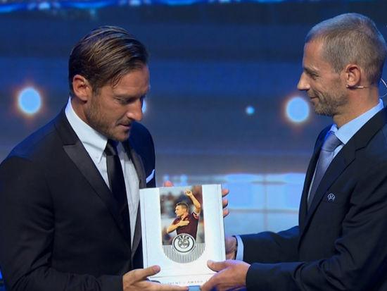 欧足联颁奖典礼 托蒂荣获欧足联主席奖