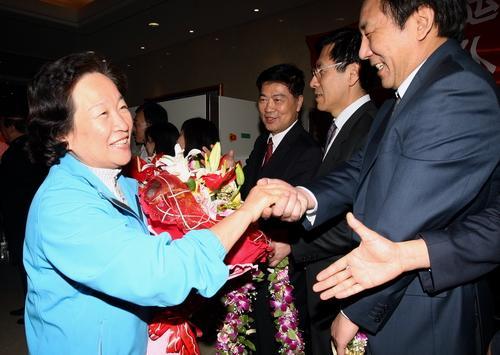 国家体育总局党组副书记、副局长、奥运火炬珠峰传递负责人胡家燕返京