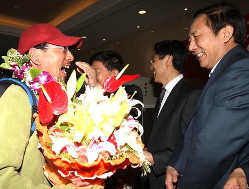 北京奥运火炬接力珠峰传递登山队总指挥李致新(左)在机场受到体育总局领导的热烈欢迎